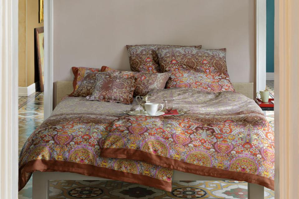 Bett mit Herbst-Muster