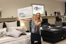 Große Freude bei der Gewinnübergabe: Melanie Arnold aus Bielefeld