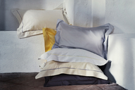 Individualität und custom-made Bettwäsche stehen im Vordergrund der BOURDON Linie von Schlossberg, Schweiz. Erhältlich in 50 Satin-Unifarben und 33 verschiedenfarbigen Ziernähten.