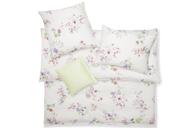 Skizzenhaft angelegte Blüten in einer reichen, abstrakten Farbenpalette koloriert, unterstreichen den zeichnerischen Charakter von GINA-Bettwäsche.