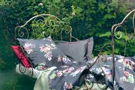 Inspiriert von Anemone, Marienglockenblumen, Stiefmütterchen, Dill-Blüte und der im Frühling erwachenden Natur geben den filigran abstrahierten Blüten leuchtend bunte Farbimpulse. Die Bettwäsche GINA besticht durch ihre Farbenpracht.