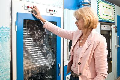 Unsere Reinigungsmaschine ist auf dem neusten Stand der Daunenreinigungs-Technik. Hier werden die Federn und Daunen ebenfalls sortiert.