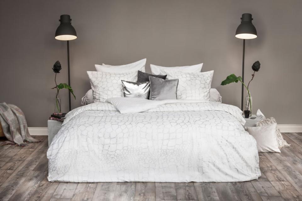 Bett mit weißer Dekoration