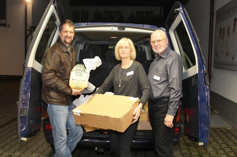 51 Enten und eine Gans holte Ulrich Wienstroth vom Bielefelder Tisch e.V. bei uns als Spende ab